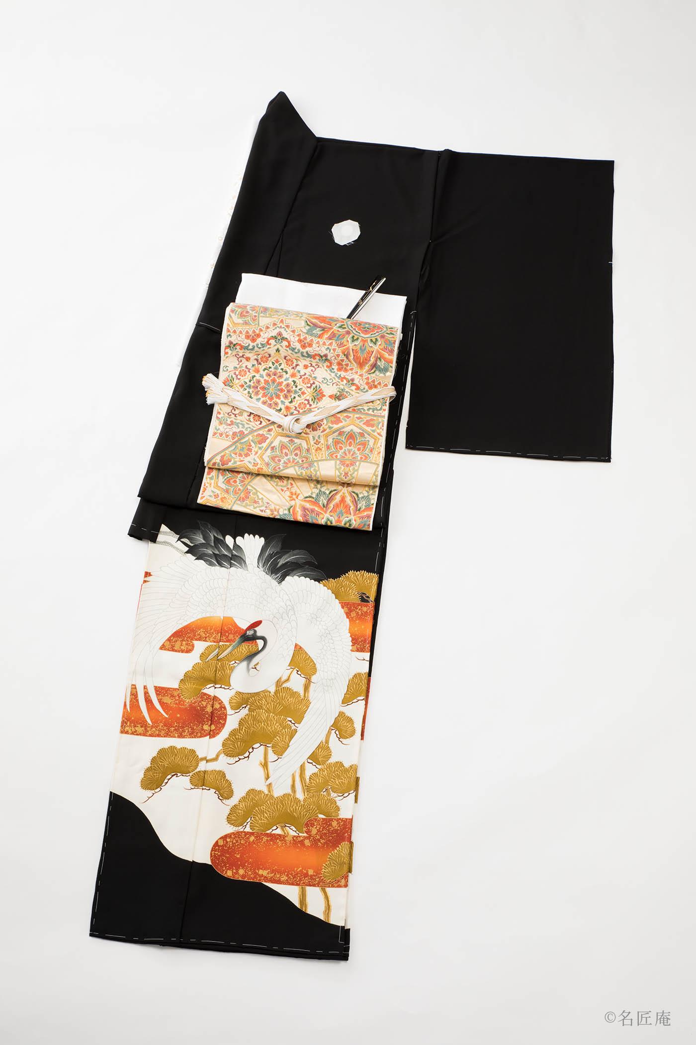 江戸時代に、 黒地に裾模様、五ツ紋の「黒留袖」が誕生し 既婚女性の最上の第一礼装となりました