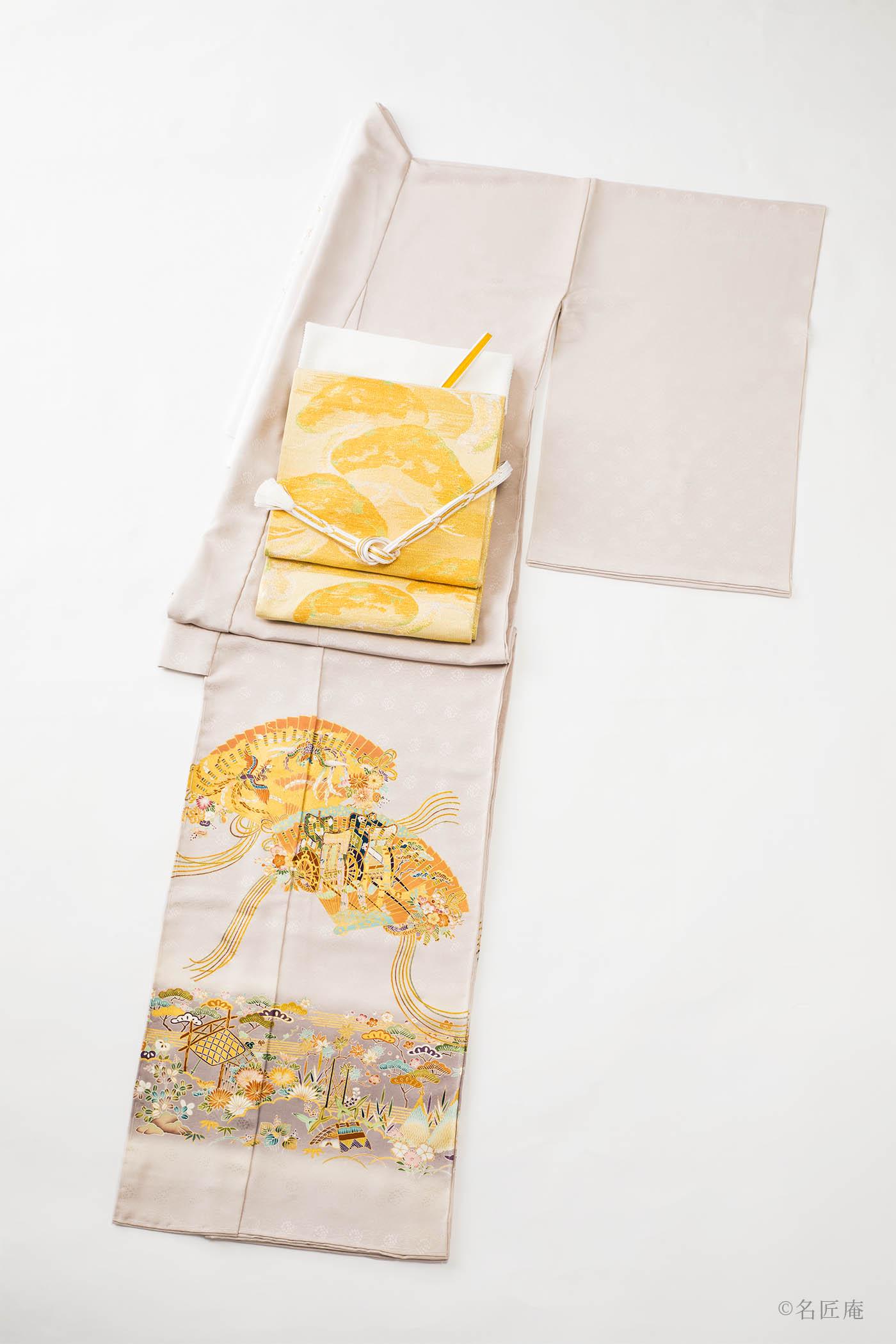 色地に裾模様の「色留袖」があります。 家紋の数で格式が変わるきもの