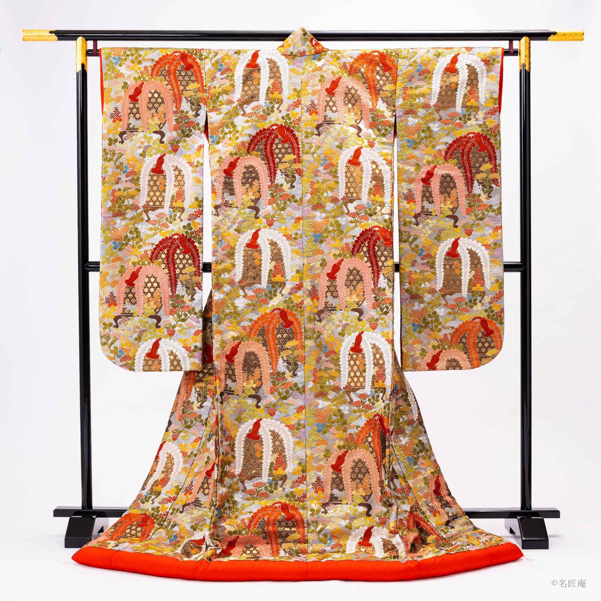 「色打掛」は 唐織や錦織、友禅染や刺繍など、 色鮮やかで豪華になります。