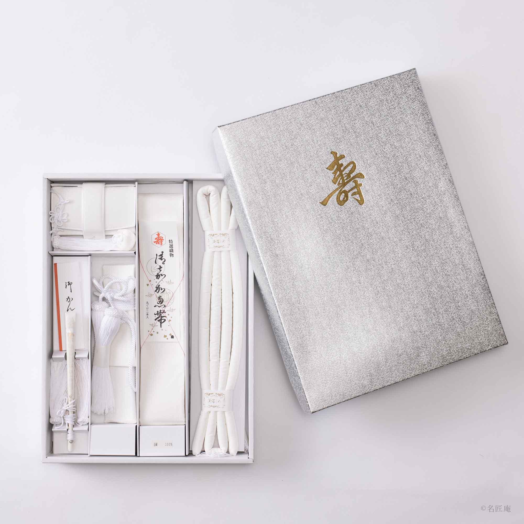 「帯締め」 「帯揚げ」 「箱せこ」 「懐剣入れ」 「白房付の礼装白骨扇子」 など、小物類も 全て純白で統一します。